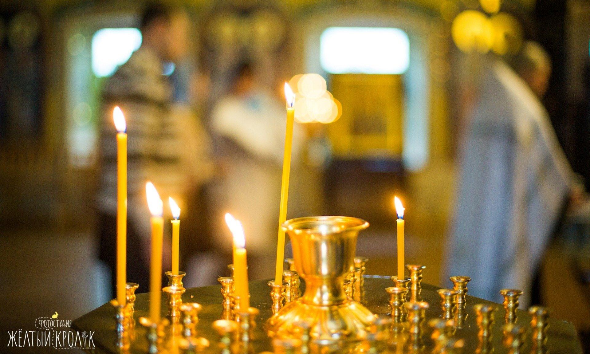 пламя свечей в церкви фото - фотосъмка крестин в фотостудии желтый кролик