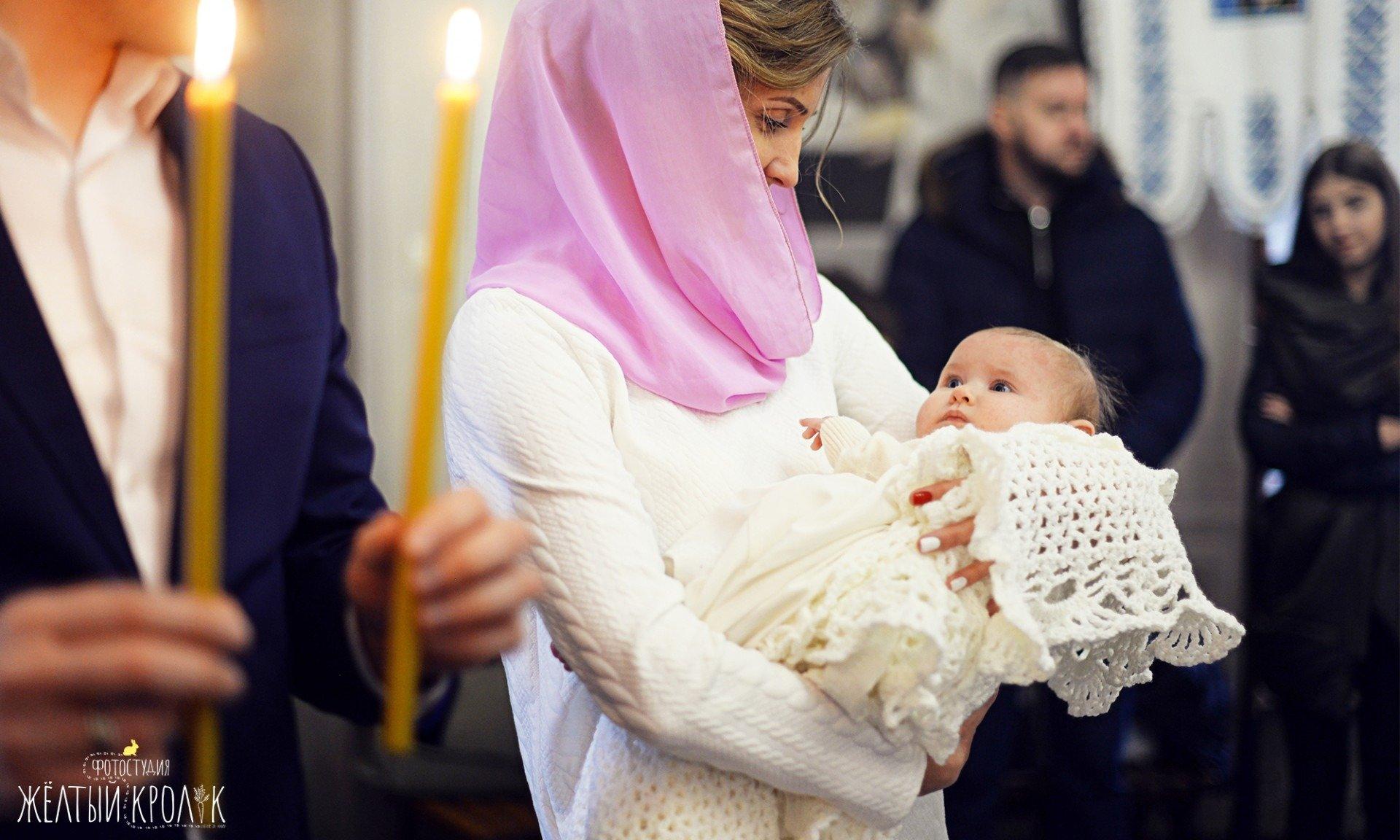 маленький ребенок в церкви фото - фотосъмка крестин в фотостудии желтый кролик