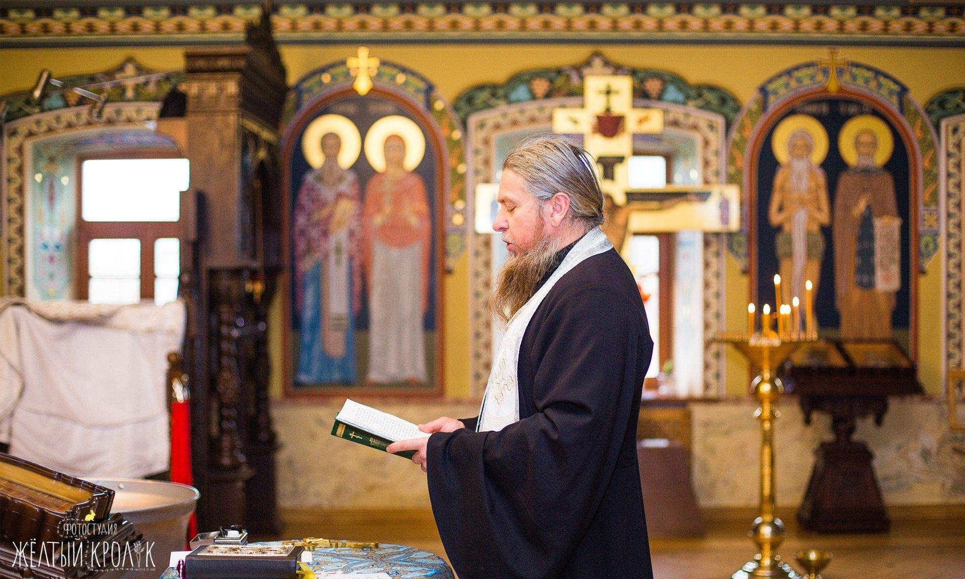 священний в церкви фото - фотосъемка крестин в фотостудии желтый кролик