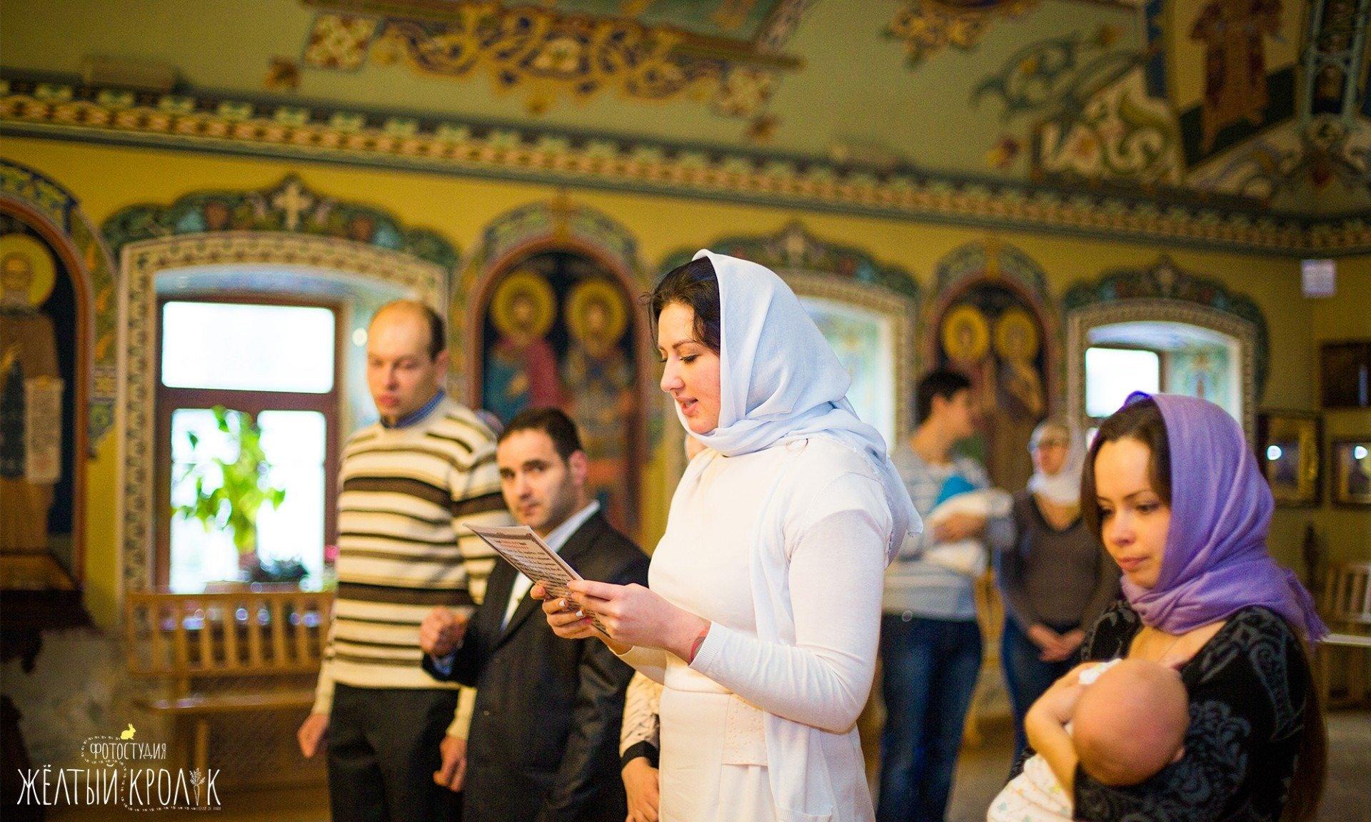 крестные родители в церкви фото - фотосъемка крестин в фотостудии желтый кролик