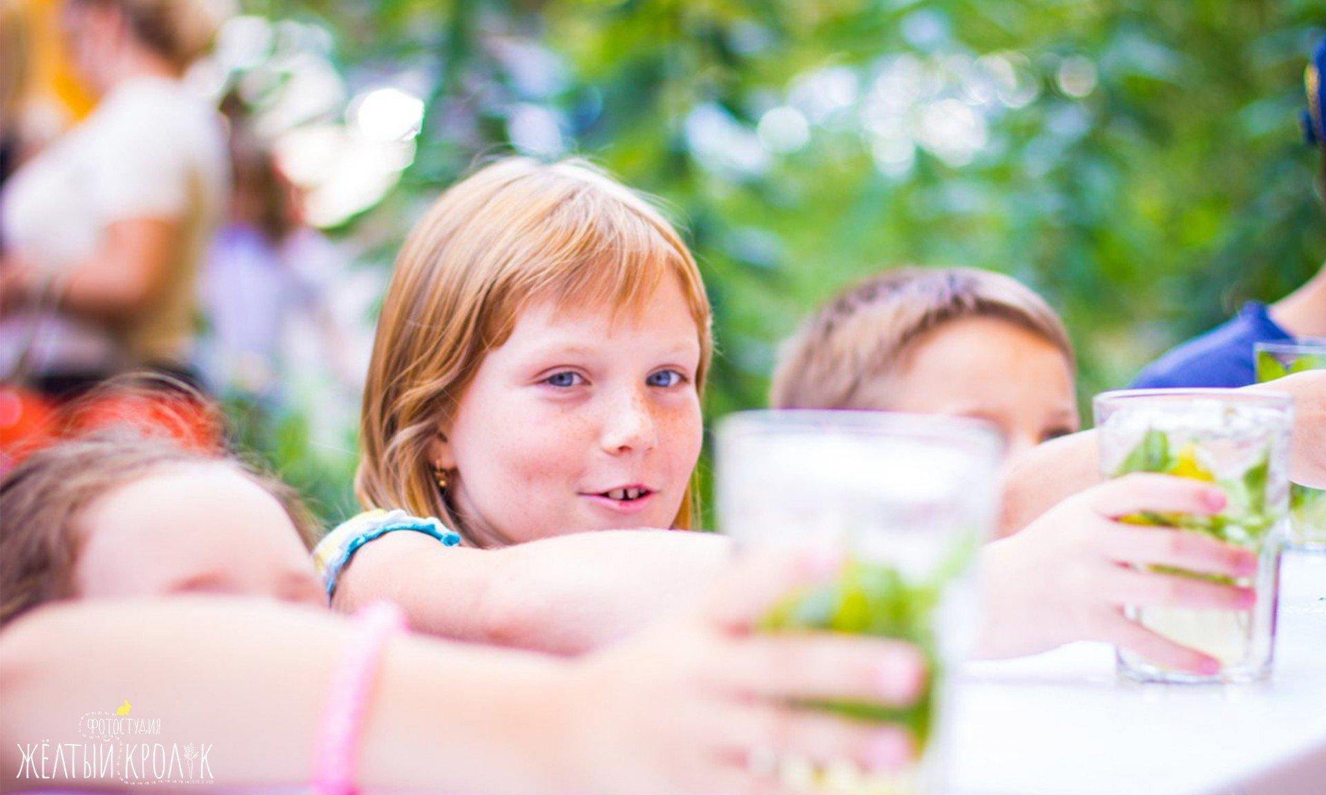 девочка с веснушками - репортажная фотосъемка в фотостудии желтый кролик