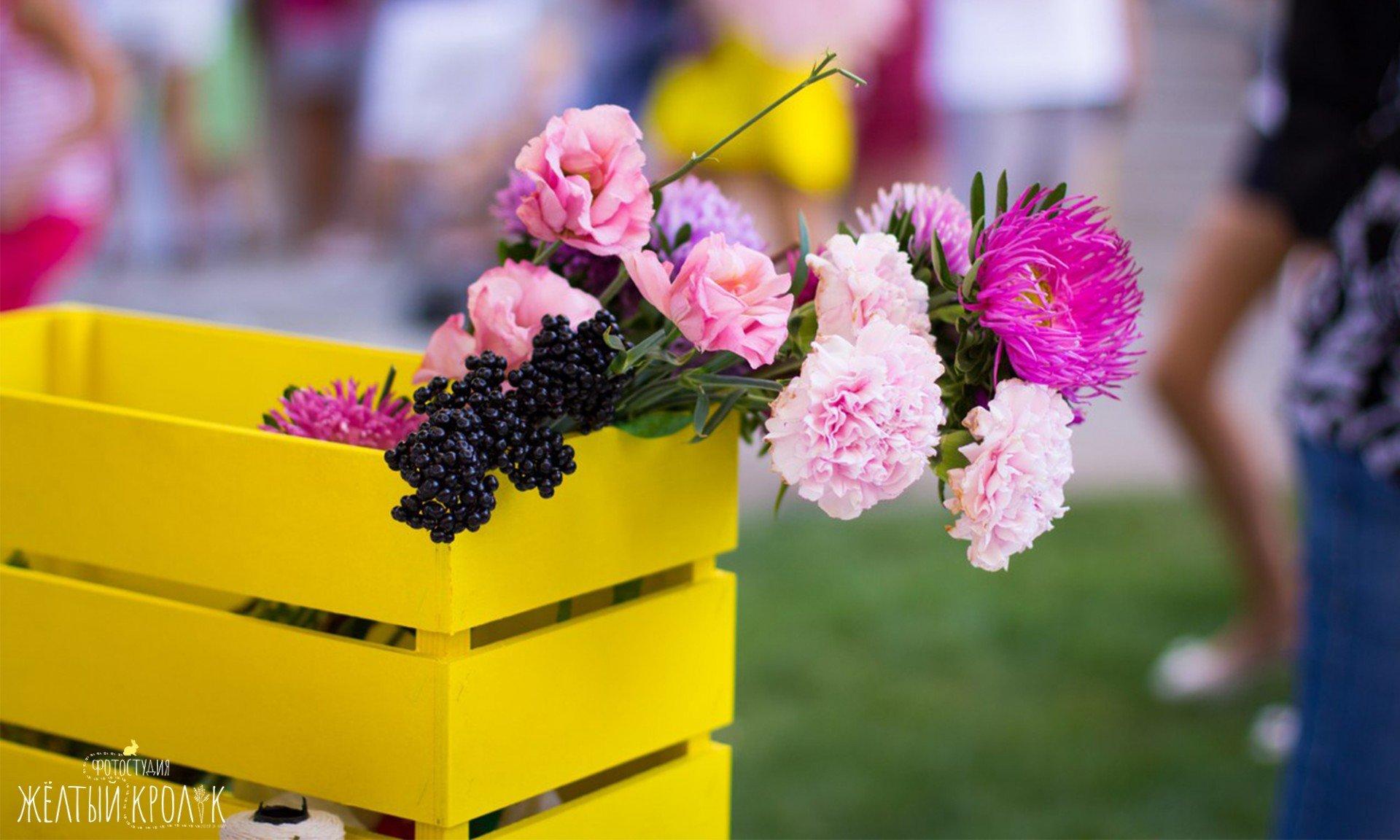 букет цветов в желтом ящике - репортажная фотосъемка в фотостудии желтый кролик