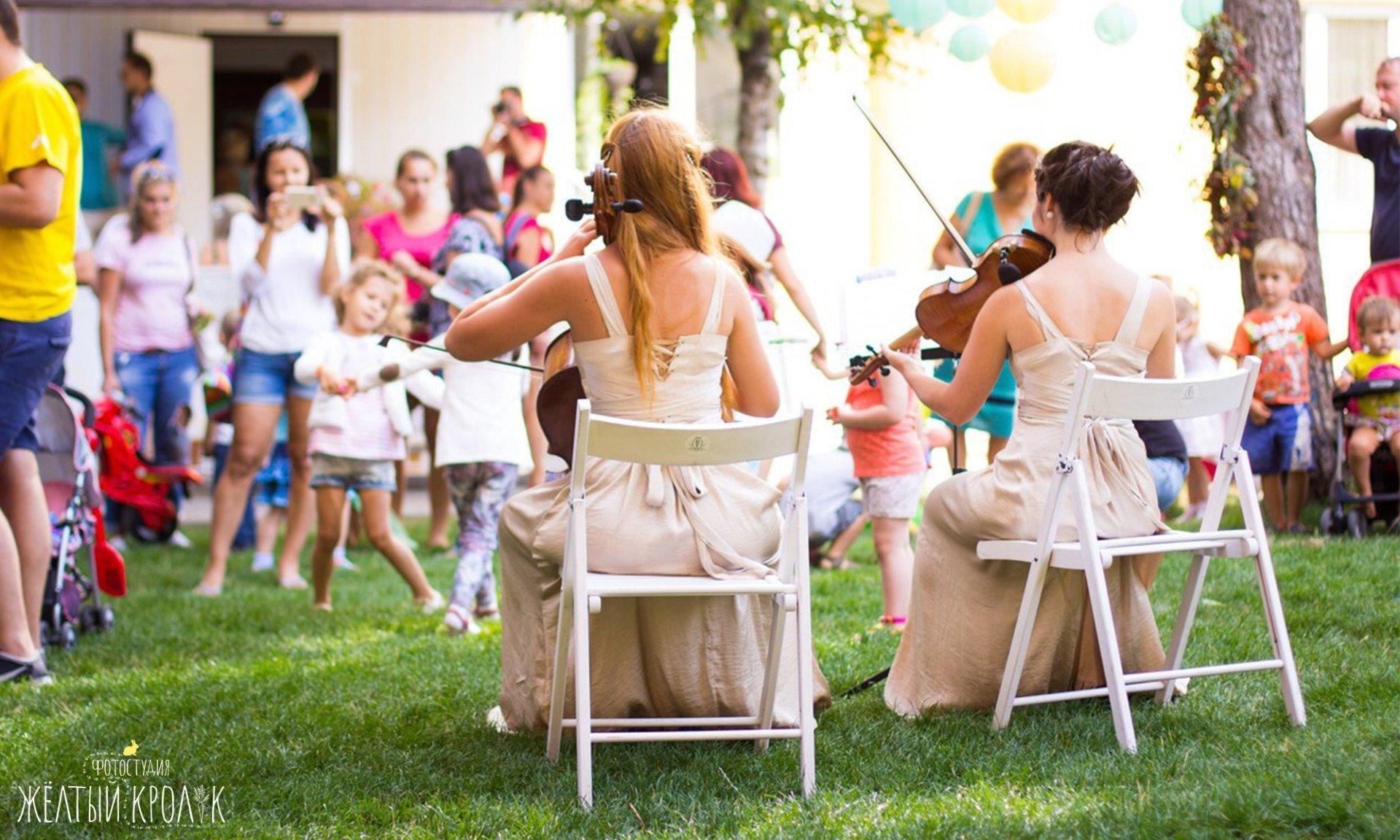 девушки скрипачки на празднике - репортажная фотосъемка в фотостудии желтый кролик