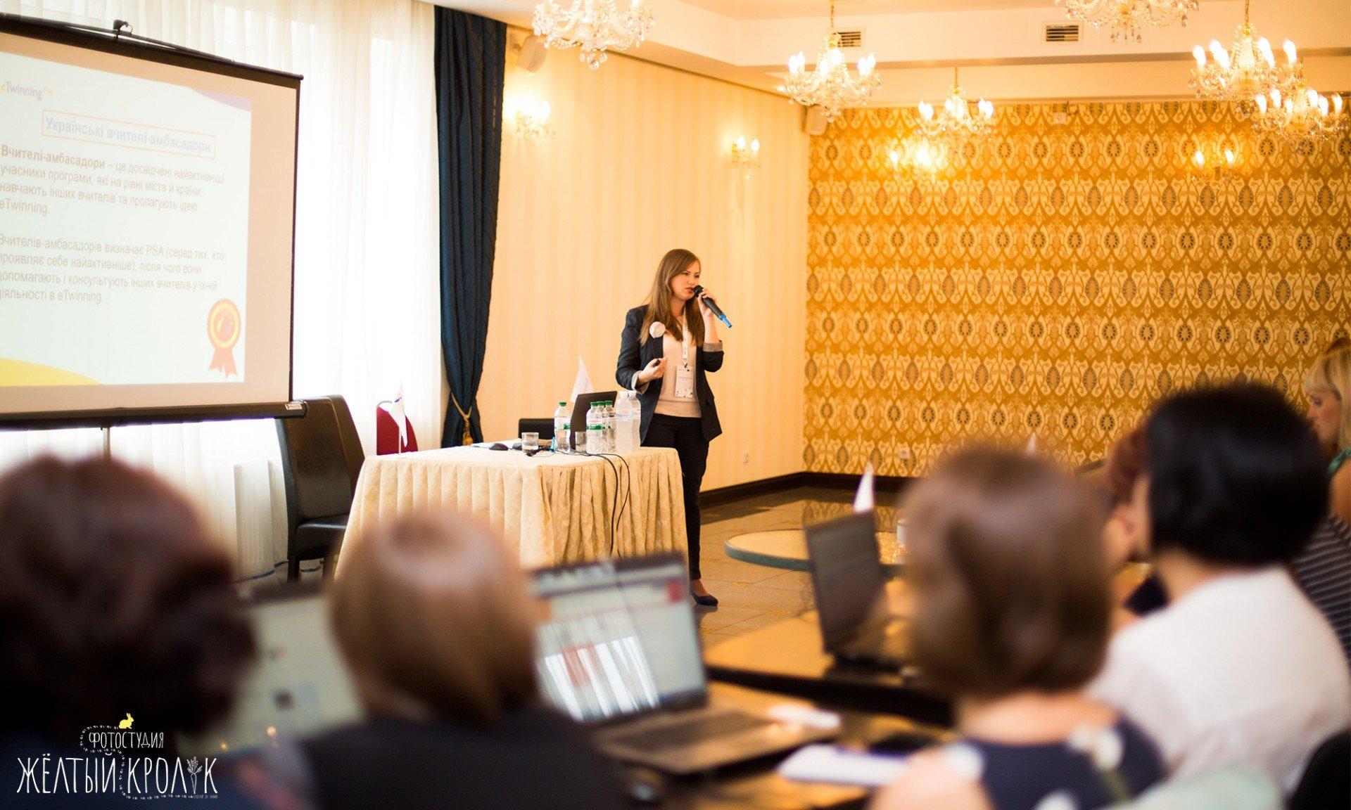 спикер конференции - репортажная фотосъемка в фотостудии желтый кролик