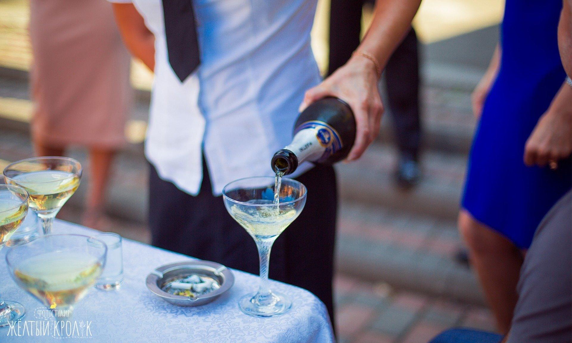 шампанское льется в бокал - репортажная фотосъемка в фотостудии желтый кролик