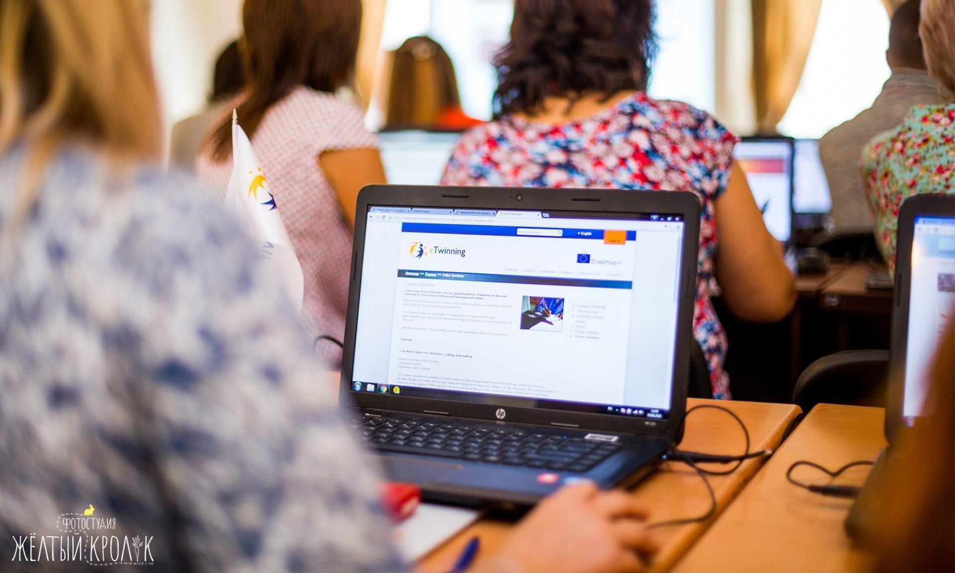 ноутбук на мероприятии фото - репортажная фотосъемка в фотостудии желтый кролик